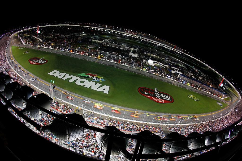 Автомобиль гонщика NASCAR влетел в защитное ограждение на скорости 321 км/ч